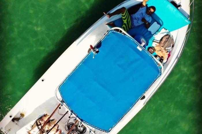 Vista aerea lancha de pesca de los tours del hotel Santa Catalna