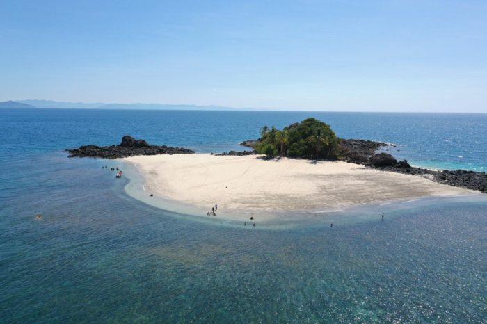 Vista semi aerea lateral de una de las islas de Coiba en el tour de pesca del hotel Santa Catalina