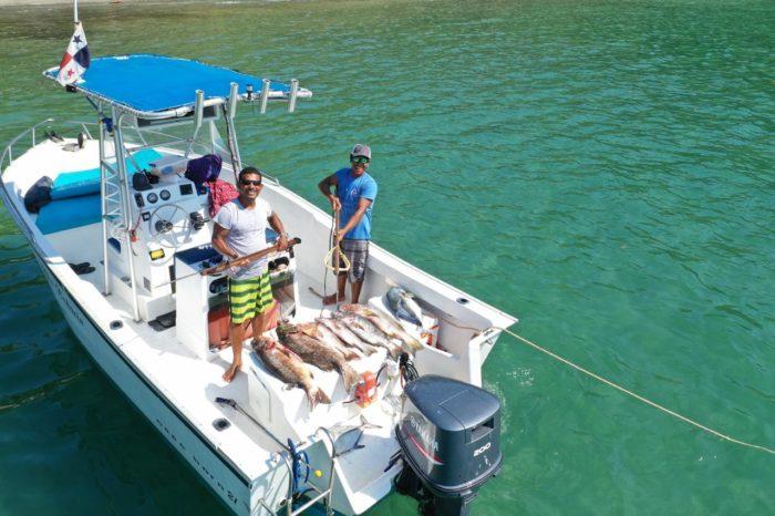 Disfrutando y pescando en la lancha de los tours del hotel Santa Catalina