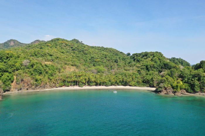 Caladero de pesca en una de las islas de Coiba con los tours del hotel Santa Catalina, se ve la playa y parte de la zona de pesca