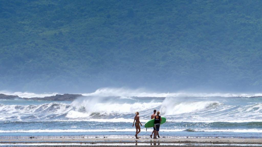 Preparandose para entrar al surf en playa Estero