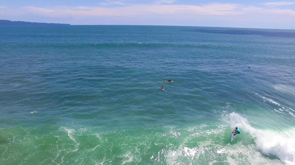 Plano general de la punta de Santa Catalina, se ven a varios surfistas esperando las olas