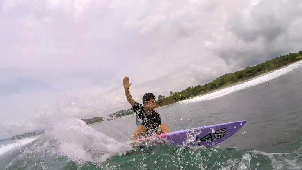 Plano cercano de un giro de un surfista destrozando las olas