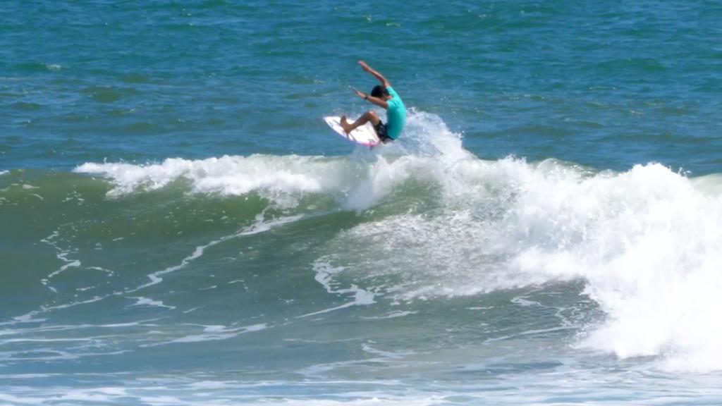 Aereo , maniobra de un surfista por el aire