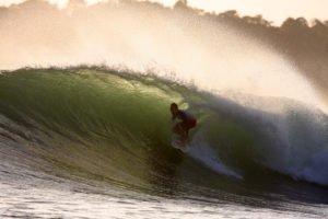 Foto de Jon entrando en un tubo en la punta de Santa Catalina