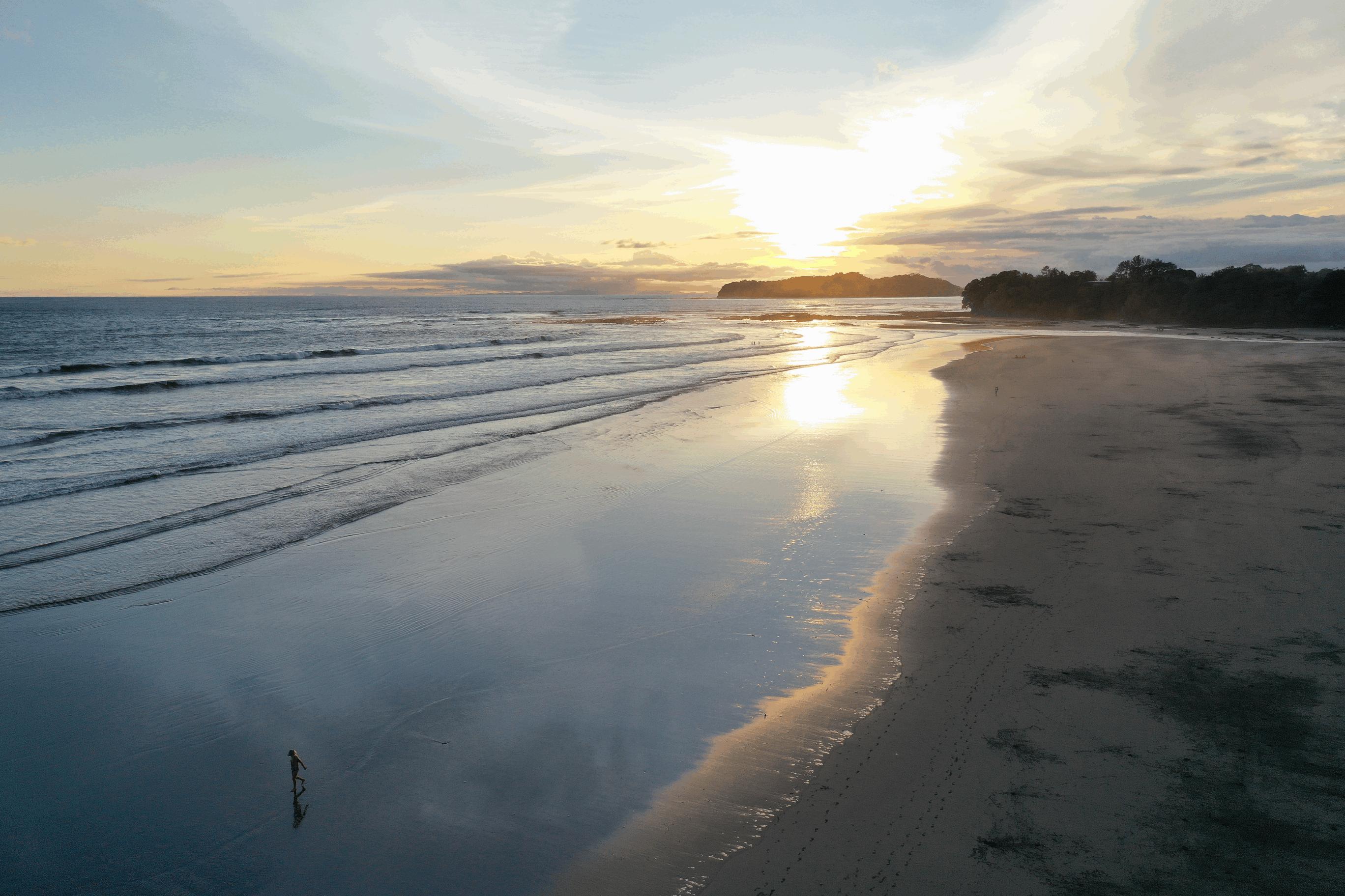 persona caminando sola por la playa HSC