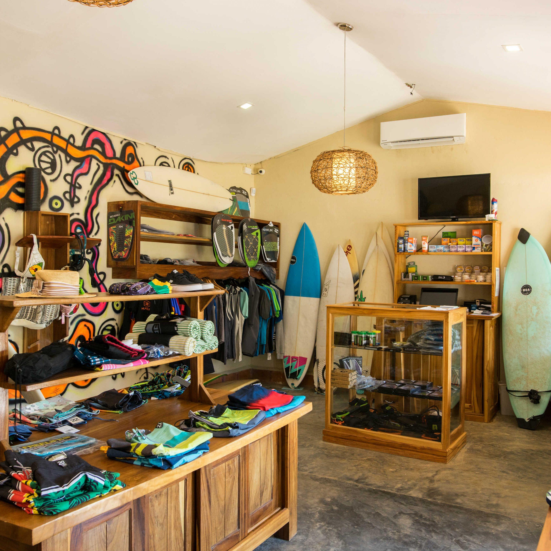 Otro plano general de la tienda de surf del hotel Santa Catalina