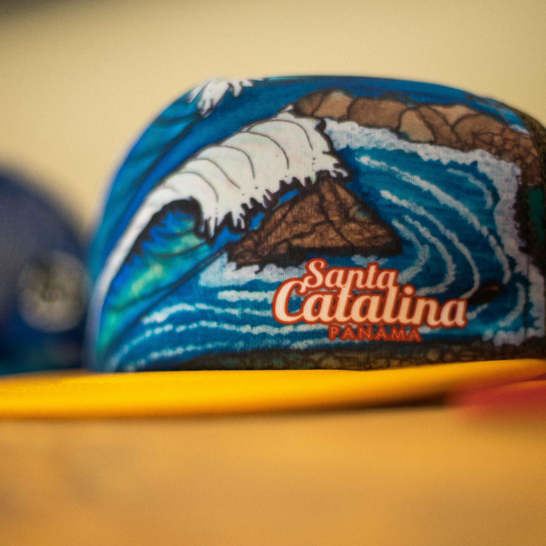 Primer plano de una gorra de la tienda del hotel Santa Catalina